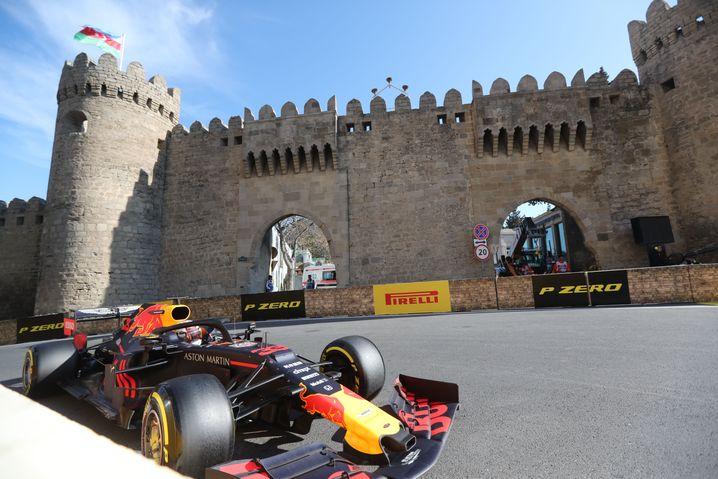 Max Verstappen im Red Bull auf dem spektakulären Stadtkurs in Baku