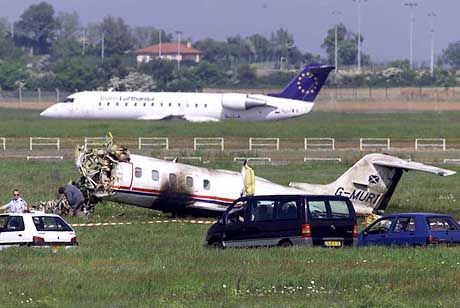Das Wrack des Learjets auf dem Flughafen Lyon-Satolas