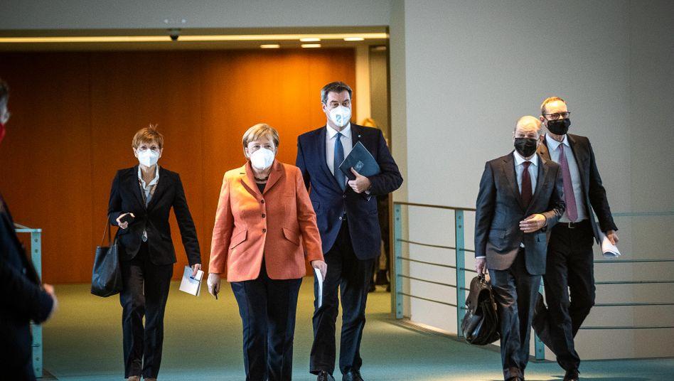 Kanzlerin Merkel, Ministerpräsident Söder und Finanzminister Scholz: Shutdown beschlossen
