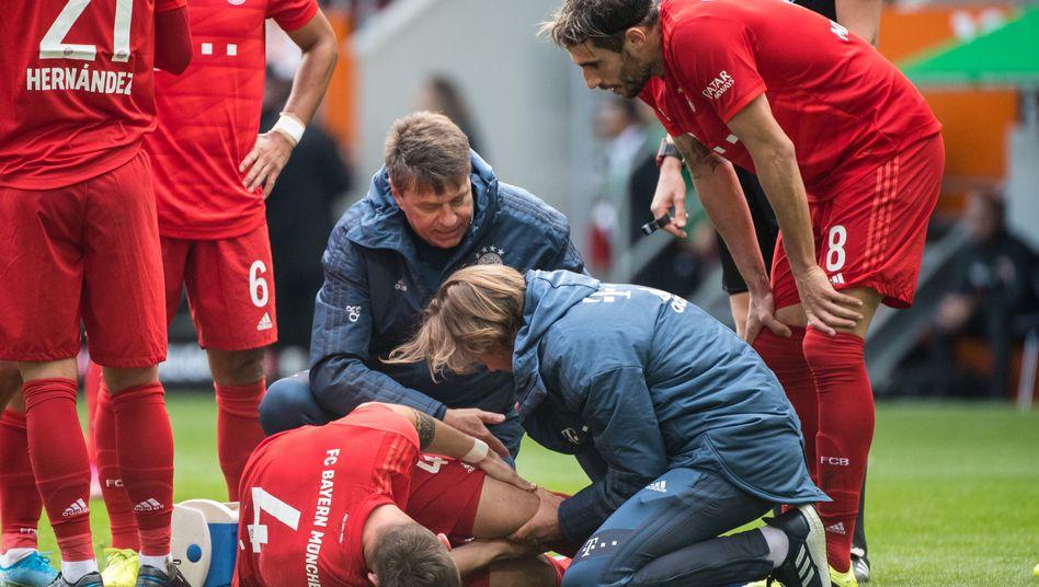 Niklas Süle (am Boden) riss sich im Spiel gegen Augsburg das Kreuzband