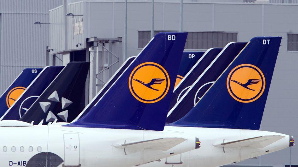 Parkende Lufthansa-Flugzeuge auf dem BER: Aktienverkauf laut Agenturbericht für 9,80 Euro pro Stück