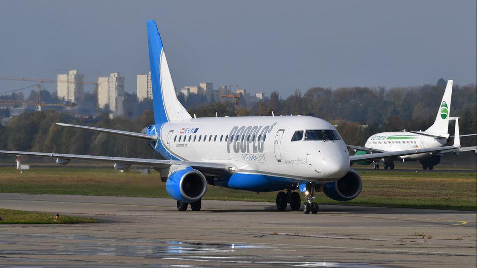 Flugzeug von People's Viennaline (Embraer 170)