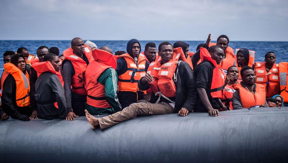 """Flüchtlinge vor der Rettung durch die """"Aquarius"""""""