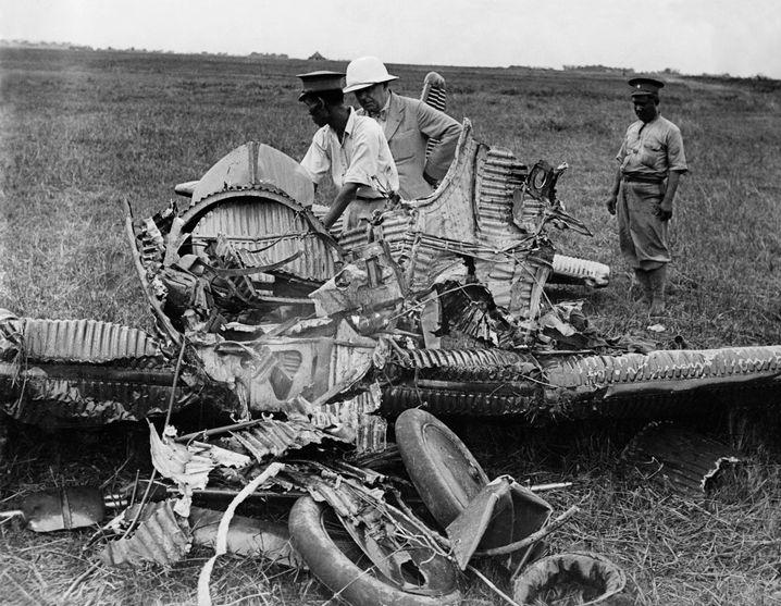 Nur noch Trümmer: Die zerstörte Unglücksmaschine 1932 auf dem Flugplatz in Bangkok