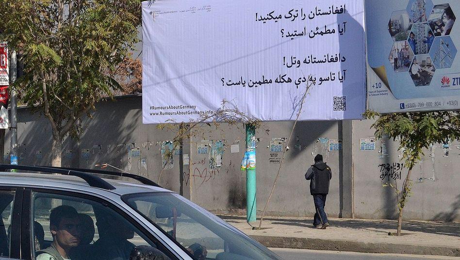 """Plakat in Kabul: """"Sie verlassen Afghanistan? Sind Sie sicher?"""""""