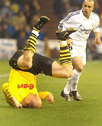 BVB-Stürmer Jan Koller stellte sich sogar auf den Kopf, aber sein Treffer reichte nicht