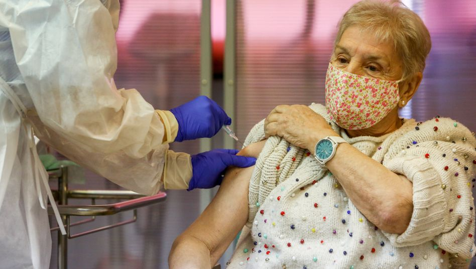 Gegen Corona geimpfte Seniorin in einem Pflegeheim in Madrid