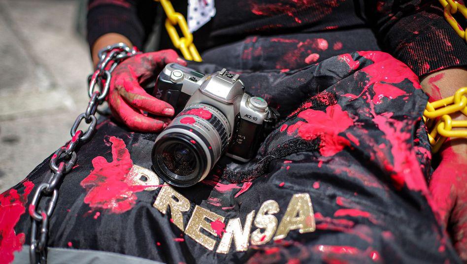 Symbolische Aktion vor der mexikanischen Staatsanwaltschaft: 10 getötete Journalisten in Mexiko