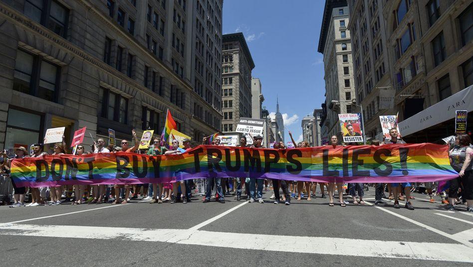 """Don't buy Trump's lies"": LGBTQ-Protestmarsch in New York (2017)"