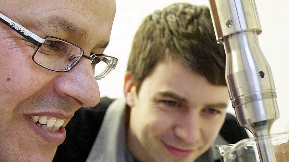 Ingenieure Saafi, McGahon mit Lackprobe