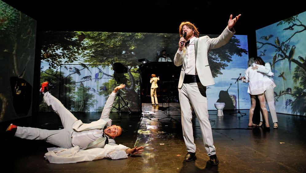 """""""Jeff Koons"""" an der Schaubühne: Aliens lesen Rainald Goetz"""