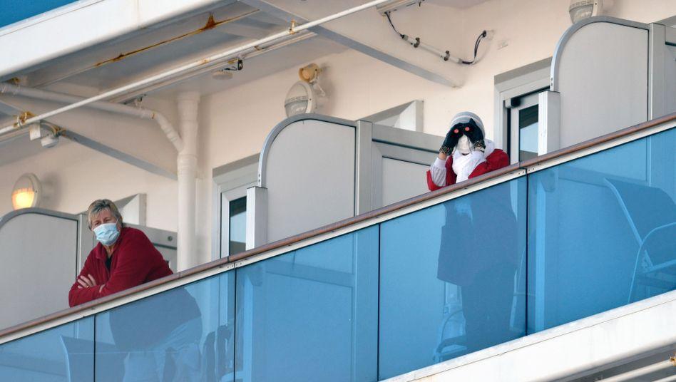 """Passagiere mit Mundschutz auf der """"Princess Diamond"""": Die Quarantäne soll noch mindestens bis zum 19. Februar dauern"""