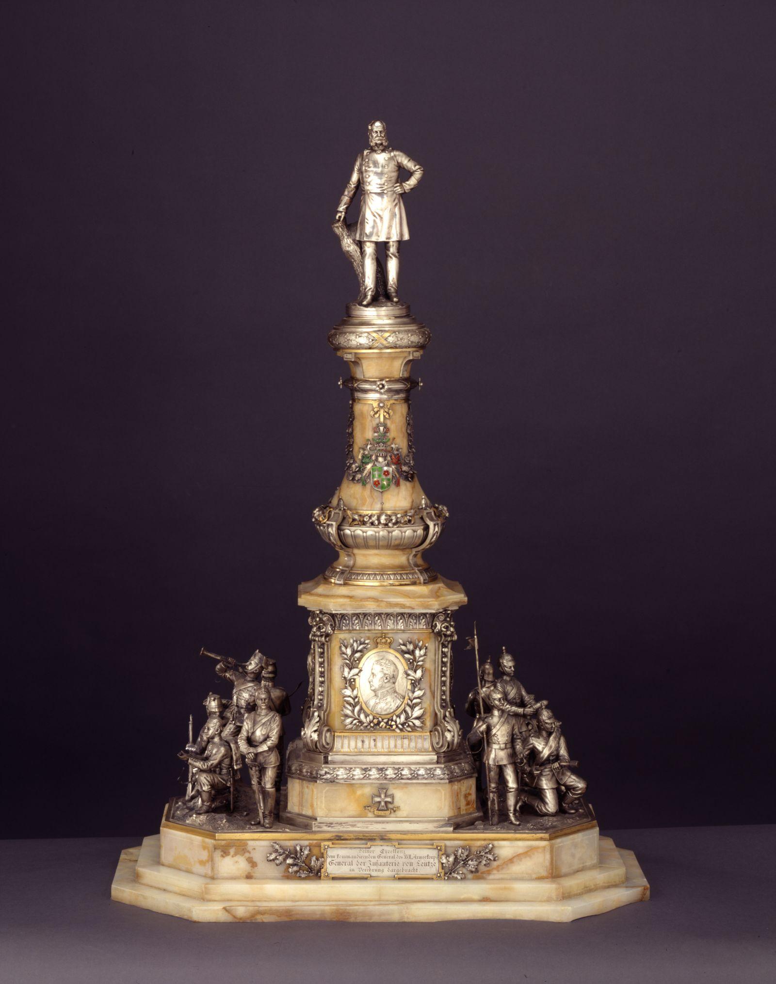 Silberner Tafelaufsatz in Form eines Denkmals für Wilhelm I., 1901