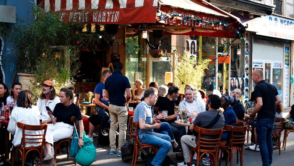 Kunden auf der Terrasse eines Cafés in Paris