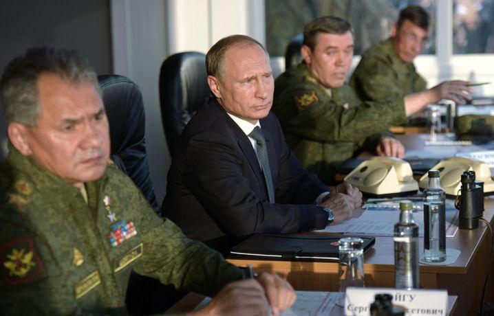 Putin (M.) mit russischen Generälen: Militärische Allianz in Syrien ausgeschlossen