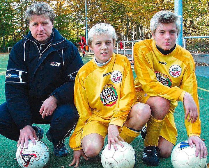 Dieses Foto von 2004 zeigt Vater und Trainer Roland Kroos mit seinen Söhnen Felix (Mitte) und Toni. Felix spielt heute bei Eintracht Braunschweig, Toni bei Real Madrid.