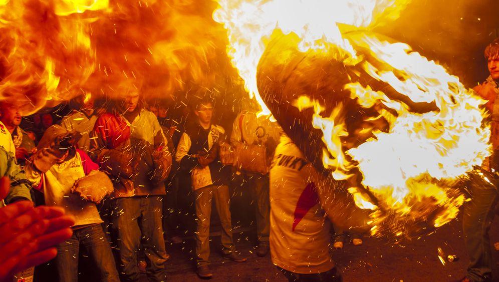 Tradition: Briten mit brennenden Fässern