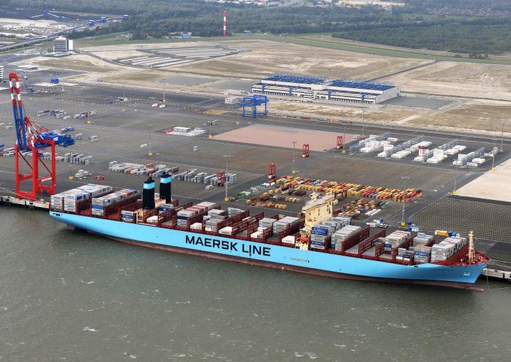 Containerschiff am Pier des Jade-Weser-Ports