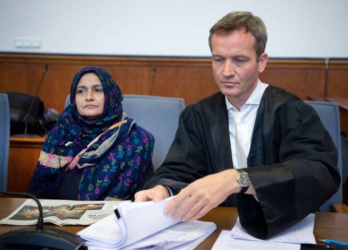 Mutter eines getöteten Arbeiters als Klägerin vor Gericht