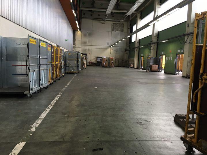 Leeres Depot nach dem Einladen der Pakete