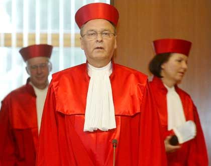 Verfassungsgerichtspräsident Papier, Richter Hohmann-Dennhardt, Bryde: Spott über die Ermittler