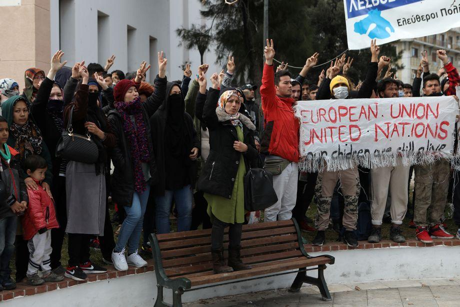 """""""Freiheit"""": Geflüchtete am Dienstagvormittag in Mytilini, der Hauptstadt von Lesbos"""