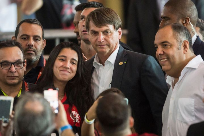 Brasiliens Staatspräsident Jair Bolsonaro (Mitte) bei einem Flamengo-Spiel Anfang Dezember Maracanã-Stadion