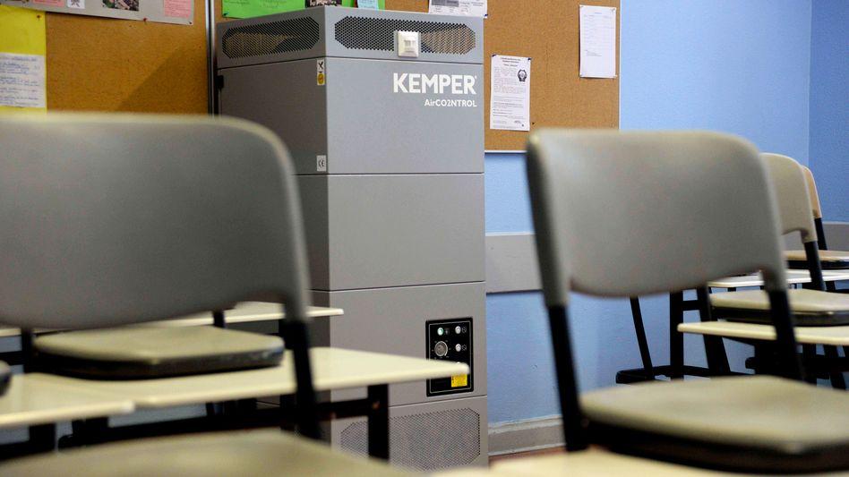 »Schwer zu erklären, warum der Schulbetrieb auch noch von Luftfiltern abhängen soll«: Luftfiltergerät in einem Berliner Gymnasium