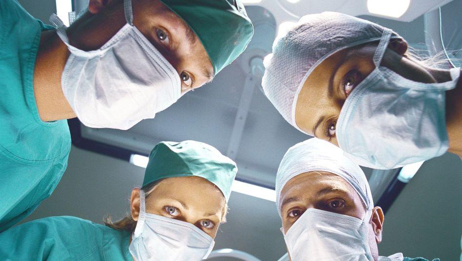 Jungärzte im OP: Mehr Todesfälle durch Arbeitseinsatz frischgebackener Mediziner?