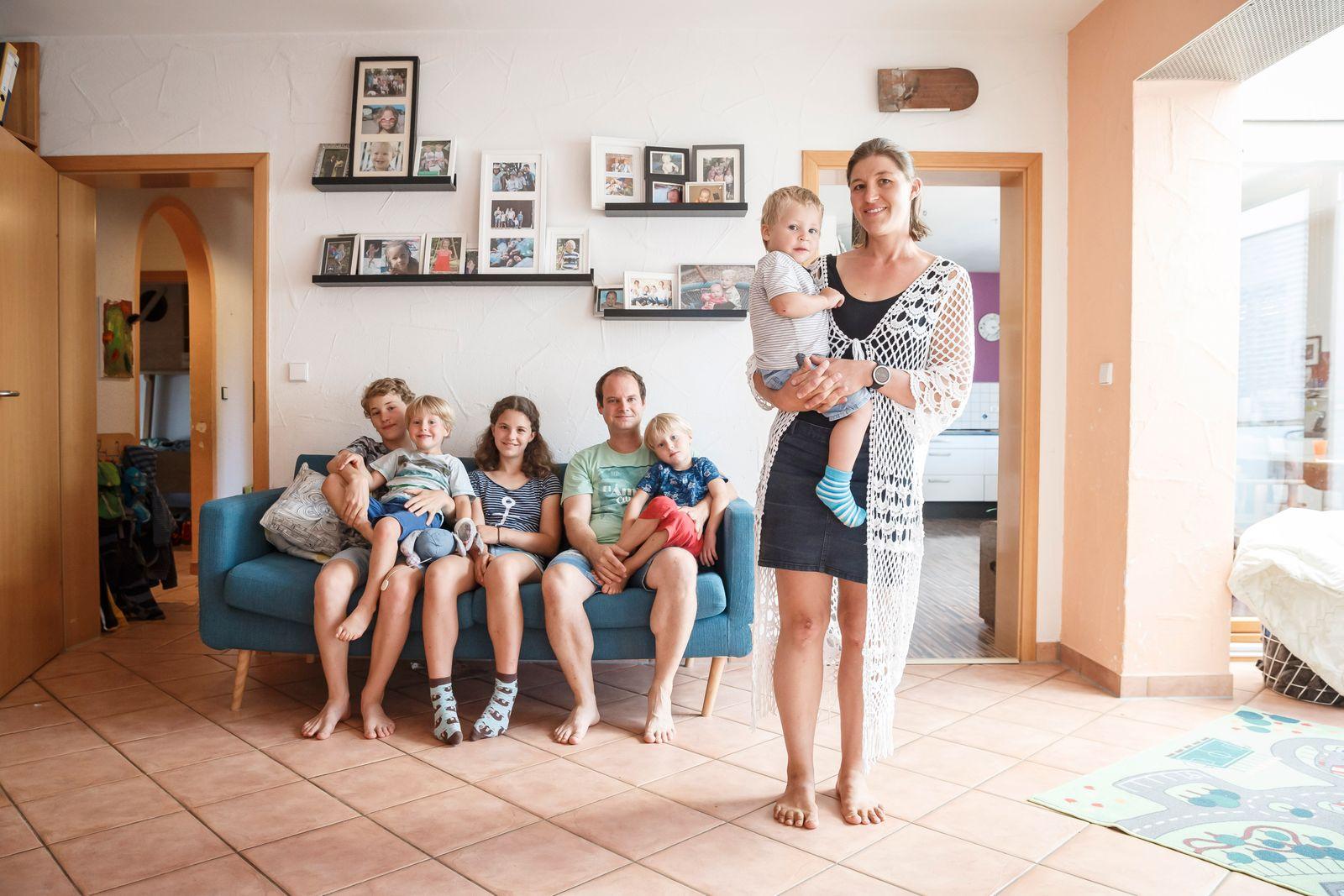 Frau Zarah Abendschön-Sawall und ihre Familie am 30.07.2020 in ihrem Haus in Schwaigern (Landkreis Heilbronn). Hintergrund: Familien und Schulbetrieb nach den Sommerferien
