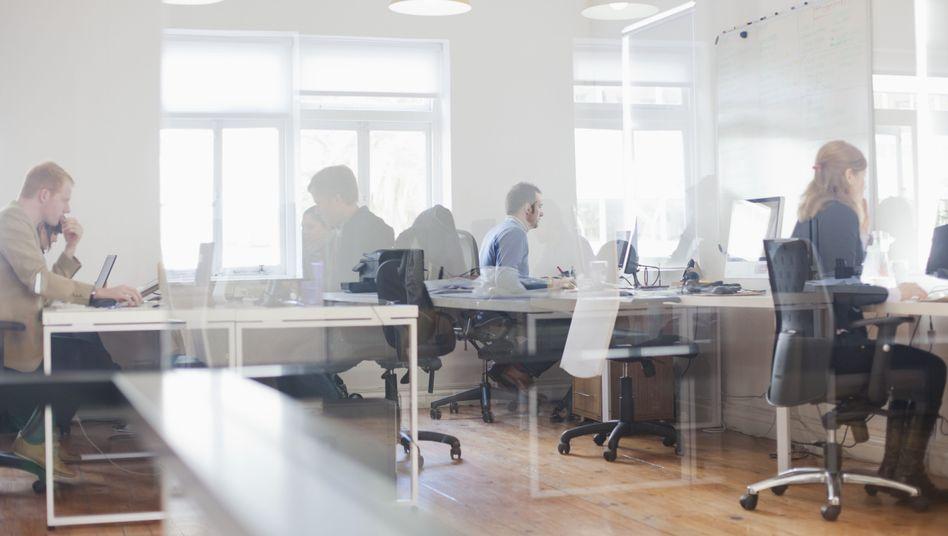 Büroangestellte bei der Arbeit: Über Geld spricht man nicht