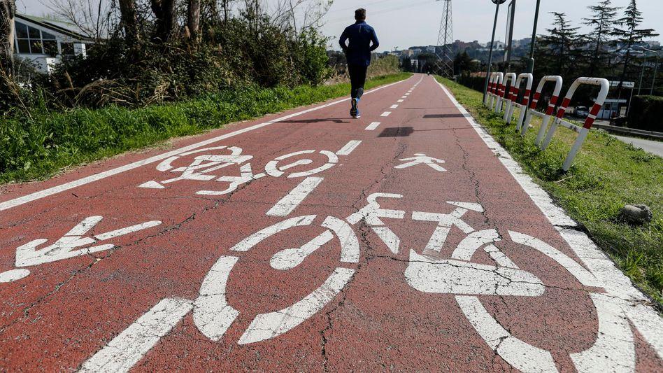Draußen Joggen oder Fahrradfahren ist noch erlaubt - aber auch hier ist Abstand halten angesagt