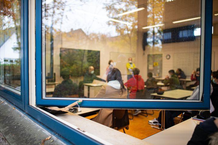 Stoßlüften an Realschule in NRW: Ein Kehrblech hält das Fenster in Position