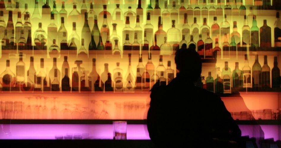 Betrunken in der Bar: Abstinenz galt bislang als einziges Behandlungsziel bei Alkoholismus