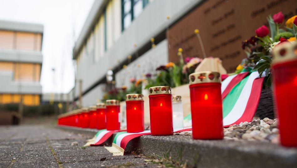 Kerzen und frische Blumen liegen an einer Gedenktafel für die Opfer des Germanwings-Absturzes