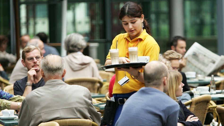 Kellnerin in Berlin: Vor allem Dienstleister wären betroffen