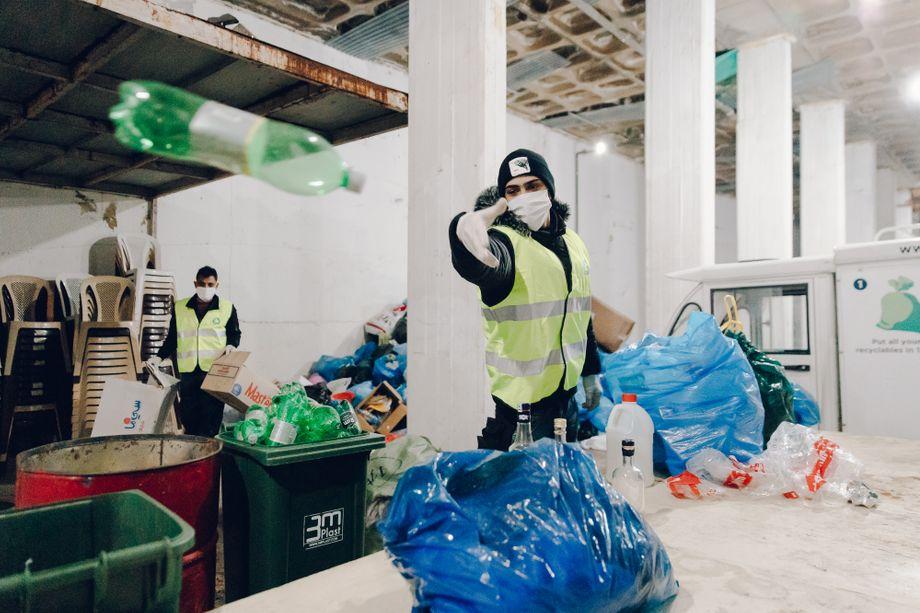 In der neuen Hauptlagerhalle der libanesischen Recyclingfirma Live Love Recycle entleeren die Arbeiter Müllsäcke voller Plastik, Papier und Metall