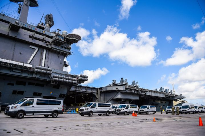 Evakuierung von Teilen der Crew im Hafen der US Navy auf der Pazifikinsel Guam