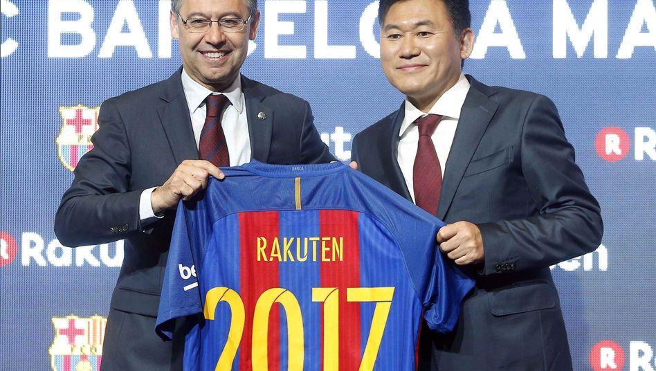 Barcelonas Präsident Josep Maria Bartomeu (l.) und Hiroshi Mikitani von Rakuten