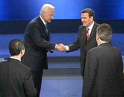 Damaliger Bundeskanzler Gerhard Schröder (r.) und Edmund Stoiber (nach dem TV-Duell am 25.8.2002): Sich oder einander die Hände gereicht?