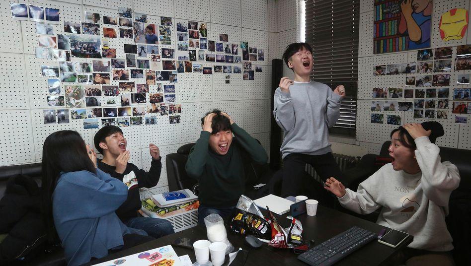 """Ein Film-Klub in Seoul feiert den Oscar für """"Parasite"""""""