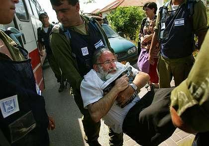 Israelische Soldaten tragen Siedler weg: Soldaten wurden als Nazis beschimpft