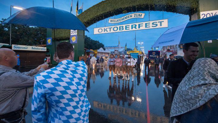 München: Regen auf dem Oktoberfest