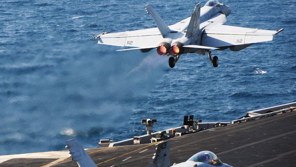 US-Kampfbomber (Archiv): Start von Flugzeugträger im Persischen Golf