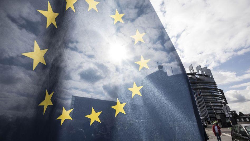 EU-Fahne vor dem EU-Parlament