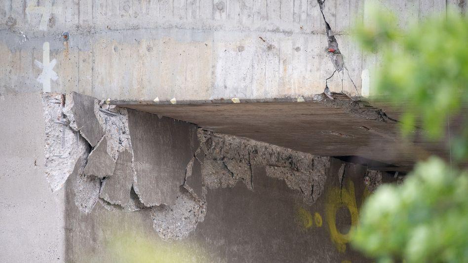 Risse und abgeplatzter Beton an der Salzbachtalbrücke