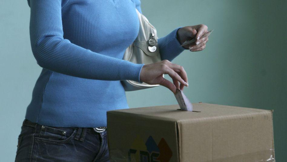 Stimmabgabe (in Venezuela, 2009): Entscheiden Wähler weit weniger rational als erhofft?