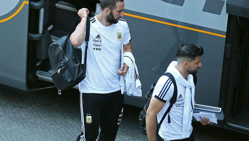 Argentinische Nationalspieler Higuaín und Agüero in Barcelona