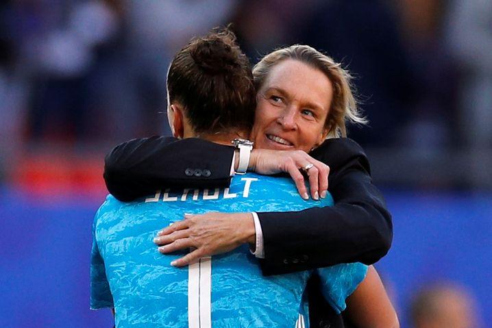 Nach dem Sieg gegen Spanien bedankte sich Bundestrainerin Martina Voss-Tecklenburg (h.) vor allem bei ihrer Torhüterin: Almuth Schult