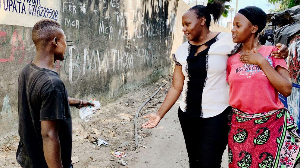 Im Slum wird Phyllis Omido (M.) von jedem erkannt